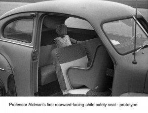Eerste achterwaartse autostoel van Prof B. Aldman